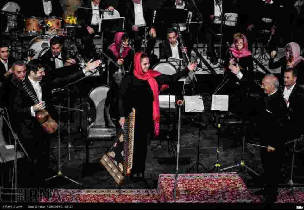 اجرای ارکستر ملی جمهوری آذربایجان به مناسبت هفته فرهنگی آذربایجان در تالار فرشچیان اصفهان. عکس: کاظم قانع