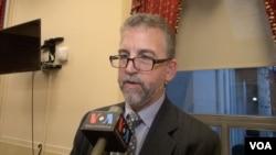 美国服装鞋业协会执行副主席史蒂芬·拉莫尔(Stephen Lamar)接受美国之音采访(美国之音记者魏之拍摄)