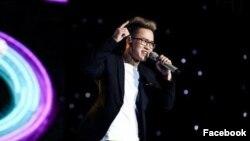 Ảnh Lê Thiện Hiếu biểu diễn trên sân khấu Sing My Song được đăng trên trang Facebook cá nhân của thí sinh này.