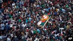 Những người Bangladesh mang theo quan tài chứa thi thể của blogger Ahmed Rajib Haider tại tang lễ ở Dhaka, Bangladesh, ngày 16/2/2013.