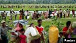 'Yan Rohingya dake ficewa daga Myanmar suna kan hanyar zuwa kasar Bangladesh