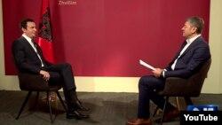 Predsednik Samoopredeljenja, Aljbin Kurti, u razgovoru sa novinarom Jugoslavom Ćosićem, tokom intervjua za Televiziju N1 emitovanog 6. novembra 2019, u Prištini, Kosovo. (Foto: YouTube kanal N1)