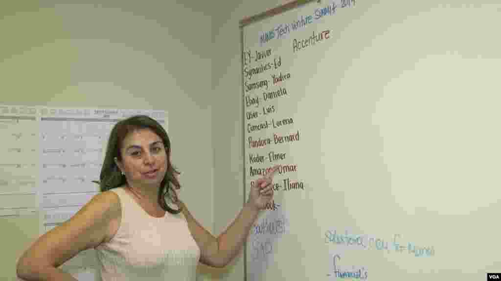 """Según Sylvia Flores, directora ejecutiva y cofundadora de Manos, los """"latinos somos compradores de tecnología, pero no estamos creando tecnología""""."""