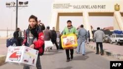 Những dòng người đổ qua sa mạc bụi mù băng vào Ai Cập, đem theo bất cứ cái gì có thể mang được. Nhiều người đã được giúp tới nơi an toàn bởi chính những người Libya đang bị vây hãm