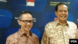 Kepala BKPM Mahendra Siregar (kiri) dan Menko Chairul Tanjung di kantor Kemenko Perekonomian, Jakarta (Foto: dok).