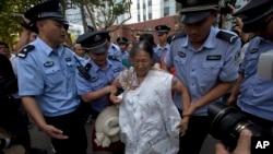 21일 중국 산둥성 지난시 법원에서 보시라이 전 충칭시 당서기의 재판을 하루 앞둔 가운데, 재판이 불공정하다며 시위를 벌이던 보시라이 지지자를 경찰이 막고 있다.