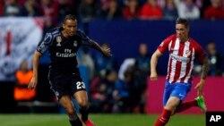 Danilo de Real Madrid, à gauche, de dispute le ballon avec Fernando Torres d'Atletico lors d'un match de demi-finales de la ligue des champions à Madrid, Espagne, 19 mai 2017.