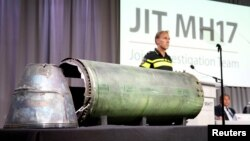 Misil yang rusak ditampilkan dalam konferensi pers oleh Tim Penyelidik Gabungan yang memaparkan hasil sementara penyelidikan pesawat Malaysian Airlines MH17 yang ditembak jatuh pada 2014. Konferensi pers digelar di Bunnik, Belanda, 24 Mei 2018.