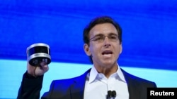 CEO Ford Motor Co. Mark Fields mengangkat sensor Velodyne LiDAR, 5 Jan. 2016. (REUTERS/Rick Wilking)