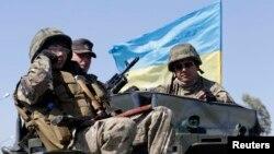 5일 우크라이나 항구도시 마리우폴 검문소에서 정부군 병사들이 경계 근무를 서고 있다.