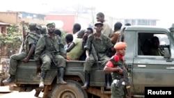 Des soldats congolais descendent d'un pick-up après avoir dispersé des civils manifestant contre le gouvernement local dans la ville de Butembo, Nord-Kivu, DRC, le 24 août 2016.