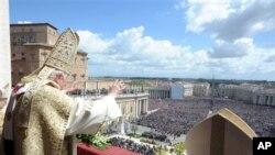 Paus Benediktus XVI menyampaikan pesan Paskah di Basilika Santo Petrus, Vatikan (8/4).