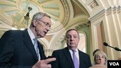 Pemimpin mayoritas Senat, Harry Reid (kiri) didampingi dua senator dari Partai Demokrat (foto: dok.).