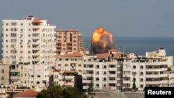 加沙城涌现浓烟和火焰,目击者说是以色列攻击的结果