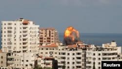 近日加沙城涌现浓烟和火焰,目击者说是以色列攻击的结果。