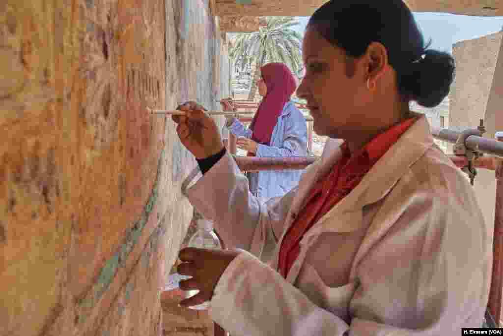 Arheolozi, Mervat i Fatma, vrše restauraciju boja na zidu jednog hramova u Karnaki. Egipat, 20. april, 2018.