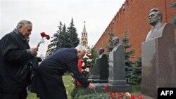 Коммунисты в Москве возлагают цветы к памятнику Леонида Брежнева, 18 декабря 2006 года
