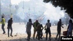 Tembakan dilepaskan saat para anggota Ikhwanul Muslimin dan para pendukung Mohamed Morsi bentrok dengan penentang Morsi di Kairo (22/7). (Foto: Reuters)