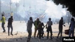 Ðụng độ giữa những người ủng hộ và chống đối ông Morsi tại một cây cầu ở Cairo.