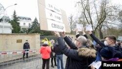 Протест під російським посольством у Празі, 18 квітня 2021, REUTERS