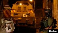 یک سرباز اسرائیلی در شهر هبرون در کرانه باختری - ۲۵ خرداد ۱۳۹۳