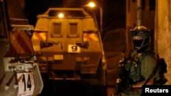 6月15日一名以色列士兵在约旦河西岸城市希伯伦站岗