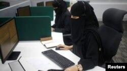 Des femmes saoudiennes travaillant dans le premier centre d'appel entièrement féminin à La Mecque, en Arabie Saoudite, le 29 août 2017.