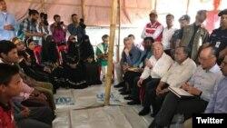 Tổng thư ký Liên hiệp quốc Antonio Guterres (áo trắng bìa trái) nghe người tị nạn Rohingya kể về những thống khổ của họ tại Myanmar.