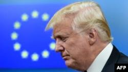 Президент США Дональд Трамп на фоне флага Евросоюза