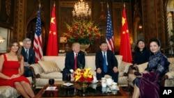 美国总统川普和夫人同中国国家主席习近平和夫人在佛罗里达州海湖庄园的客厅里就座(2017年4月6日)