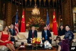 Президент Трамп і лідер КНР Сі Цзіньпін з дружинами