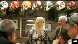 Diễn viên phim khiêu dâm Stormy Daniels từng ra tranh cử một ghế vào Thượng viện Hoa Kỳ đại diện bang Louisiana. Trong hình, cô đến thăm một nhà hàng địa phương ở thành phố New Orleans, ngày 6 tháng 5, 2009.