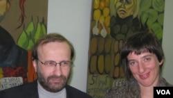 Директор Еврейского общинного центра Санкт-Петербурга Александр Френкель и художница Евгения Голант