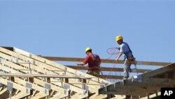 Srednjoškolci u mjestu Delray Beach na Floridi u okviru nastave grade kuće za siromašne