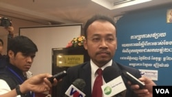Preap Kol, executive director of Transparency International Cambodia, told reporters on February 28, 2017, that bribery to officials declined but major corrupt acts remained a concern. (Hul Reaksmey/VOA Khmer)