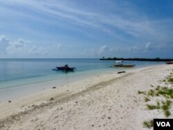 The island's beaches: turquoise waters and powdery white sand. (D. Agnote for VOA)