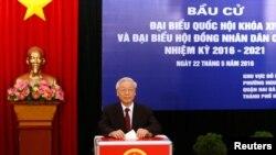 Tổng bí thư Nguyễn Phú Trọng bỏ phiếu bầu đại biểu Quốc hội khóa 14 và Hội đồng nhân dân tại một trạm bỏ phiếu ở Hà Nội, 22/5/2016.
