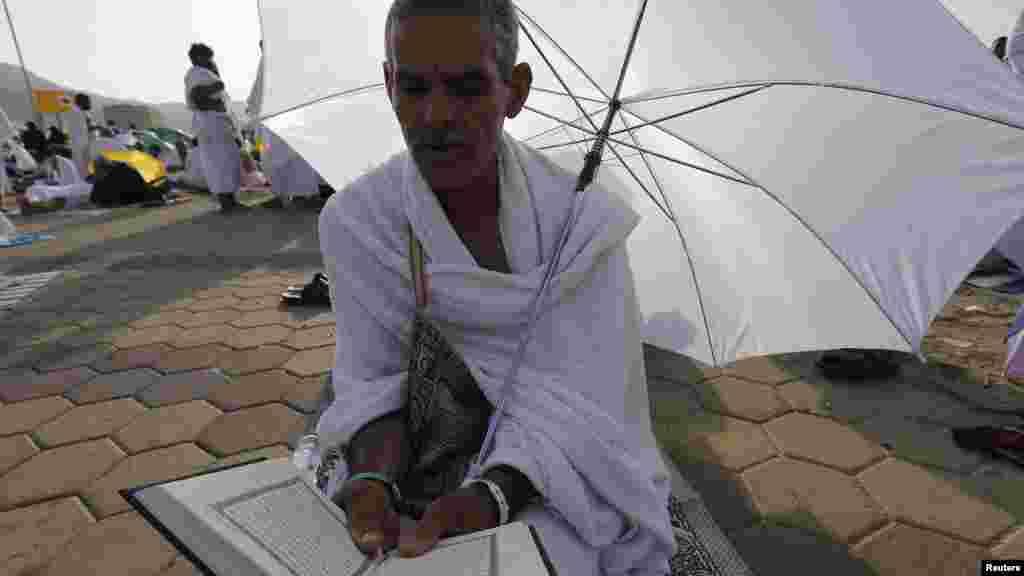 Mahajjata sun taru yin adu'a, a dutsen rahama, a lokacin Hajjin bana 3, ga Oktoba 2014.