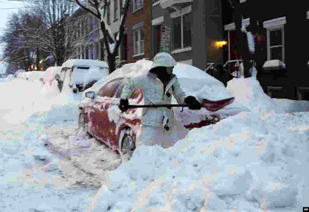 اتوموبیل ها زیر کوهی از برف در شهر آلبانی در ایالت نیویورک - ۱۴ فوریه ۲۰۱۴