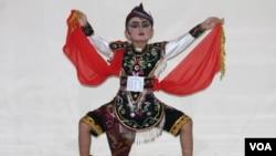 Tari Remo tunggal diperagakan penari cilik Maureen Fausta. (Foto: VOA/Petrus Riski)