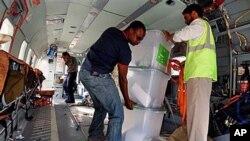 联合国工作人员把有争议的选票从直升机上卸下