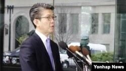 김홍균 한국 외교부 한반도평화교섭본부장이 11일 워싱턴DC 국무부 청사 앞에서 미국 측과의 면담 결과를 설명하고 있다. (사진제공=연합뉴스)