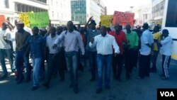 FILE: MDC-T youths clash with police in Harare over alleged abduction of one of Zimbabwe's public protest leaders. (Photo By Thomas Chiripasi)