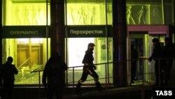 Polisi Rusia mengamankan lokasi serangan pasca ledakan bom di St. Petersburg, Rusia, Rabu (27/12).