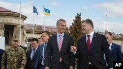 Генеральний секретар НАТО Єнс Столтенберґ та президент України Петро Порошенко у Львові, 21 вересня
