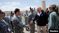El presidente Donald Trump saluda a soldados al llegar a Puerto Rico para evaluar los daños dejados por el huracán María en la isla y los esfuerzos de recuperación. Oct. 3, 2017.