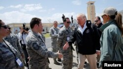 Perezida Donald Trump aramutsa abasirikare igihe yashika i Carolina, Puerto Rico, itariki 3/10/2017.