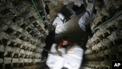 Tay buôn lậu người Palestine di chuyển một tủ lạnh thông qua một đường hầm từ Ai Cập đến dải Gaza