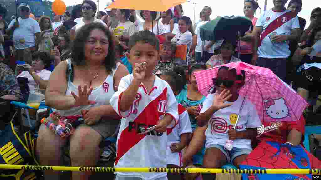 Vestidos para la ocasión y en familia para celebrar el día de la Independencia de Perú.