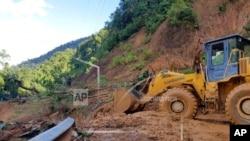 Tìm kiếm người mất tích do sạt đất ở tỉnh Quảng Nam. Photo VNA via AP.